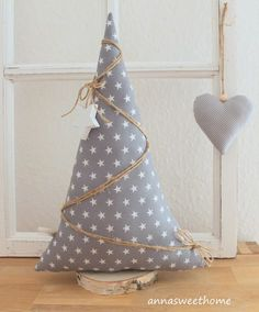 ♥♥♥ Beautiful gift and decorating ♥♥♥ A beautiful Christmas tree – Weihnachten Bloğ Christmas Makes, Rustic Christmas, All Things Christmas, Handmade Christmas, Christmas Holidays, Fabric Christmas Trees, Beautiful Christmas Trees, Christmas Projects, Christmas Crafts