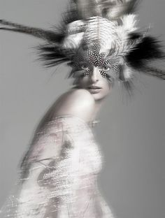feather mask – black and white fashion photography with blur effect | photography black  white . Schwarz-Weiß-Fotografie . photographie noir et blanc| editorial inspiration |