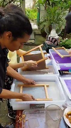 Diy Arts And Crafts, Fun Crafts, Hands Tutorial, Diy Bird Feeder, Paper Crafts Origami, Newspaper Crafts, Nature Crafts, How To Make Paper, Book Making