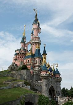 I will go one day with my BFF Tami!This is Disneyland in Paris! Disney Trips, Disney Parks, Walt Disney World, Disney Resorts, Oh The Places You'll Go, Places To Travel, Places To Visit, Tour Eiffel, Disneyland Paris Castle