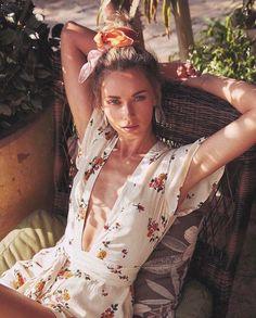 שמלת מעטפת Bohemian Style, Boho Chic, Photographie Portrait Inspiration, Tropical Style, Tropical Fashion, Foto Art, Mode Vintage, Travel Style, Spring Summer Fashion