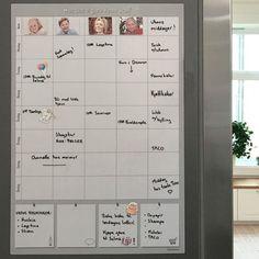 Full kontroll over familiens aktiviteter med to av våre bestselgere: ukeplan og månedsplan.   Hvem skal hente i barnehagen? Hvem kjører til trening? Hvem jobber når? Møter Bursdager Middagsplan Familieaktiviteter Foreldremøter Dugnad etc. Whiteboard, How To Plan, Calendar, Erase Board
