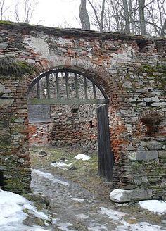 Pernštejn - postranní vchod do hradu - foto Evča a Jirka