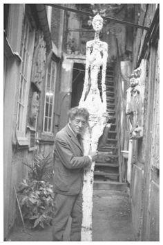 """Annette Giacometti, """"Alberto Giacometti nel cortile dell'atelier con il gesso della Grande donna IV"""", 1960 (Credit: Archivi della Fondation Giacometti, Parigi)"""