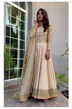 dresses to wear to a wedding suits celebrity Shadi Dresses, Pakistani Formal Dresses, Indian Gowns Dresses, Indian Fashion Dresses, Dress Indian Style, Pakistani Dress Design, Indian Designer Outfits, Pakistani Couture, Frock Fashion