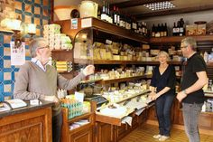 Talking about cheese at Fromagerie Chataigner, #3 rue des Martyrs © Gabriela Plump