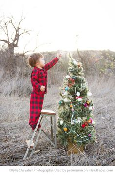 Christmas Photography Ideas via iHeartFaces.com - Photo by Kylie Chevalier Photography