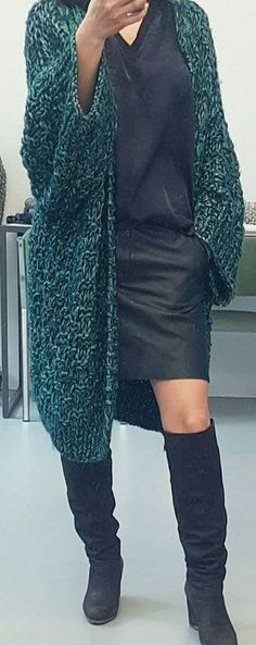 Какие модные вязаные вещи будут популярны 2018 году ? Что из вязаной моды сейчас в тренде? Ответы на эти вопросы будут в фото обзоре. Вязаные вещи – ультрамодная тенденция. Многие модные журналы, блоги и сайты наполнены образами с уютными кардиганами , объемными свитерами и ажурными платьями и аксессуарами.