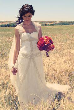 Maria en su boda castellana con vestido de novia de José María Peiró #weddingdresses #bride #spain