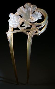 French Art Nouveau hairpin of clarified horn. The flower is varnished with a pearly white colour. c. 1900.