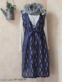ご覧頂き、有り難うございます。昭和の前半の、絹の夏物の小紋の着物をリメイクして作った一重の、ワンピースです。色は、藍色ベースに、白で、波状の模様が描かれている...|ハンドメイド、手作り、手仕事品の通販・販売・購入ならCreema。