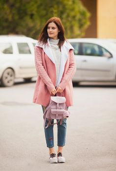 TIE BOW-TIE: PINK SHEARLING COAT AND PATCHWORK JEANS.Grey turtleneck sweater+distressed jeans with stickes+icy neakers+pink shearkong coat+icy pink backpack. Winter Casual Outfit 2017
