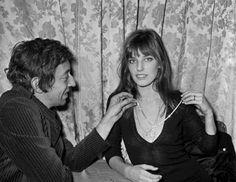 Cultos e charmosos, os dois formaram um casal que se transformou em um dos ícones de comportamento liberal dos anos 70. Os 13 anos que passaram juntos foram intensos: canções polêmicas, filmes polêmicos, roupas polêmicas, nudez polêmica, declarações polêmicas, vida polêmica. Eles se conheceram quando Gainsbourg tinha 40 e ela 22 anos, e ela ficou fascinada, mas não se abateu com o desprezo inicial do impertinente orelhudo: orquestrou um jantar, dançou com ele.