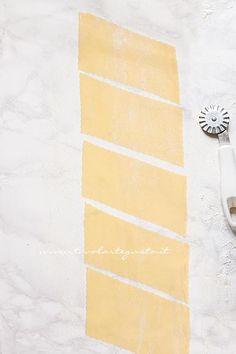 Chiacchiere di Carnevale: Ricetta originale e Segreti passo passo My Recipes, Italian Recipes, Italian Cookies, Frappe, Mini Desserts, Biscotti, Sweets, Food Cakes, Food