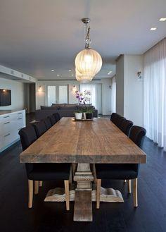 Comedor con carácter, la mesa de madera es la protagonista aunque no es nuevo no pierde el encanto
