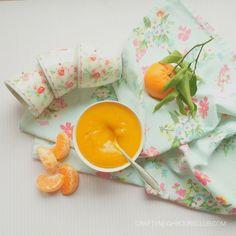 Clementine-Marmelade mit Tonkabohne! Wenn es etwas gibt, für das wir sämtliche Marmeladen stehen lassen, dann diese Winter-Marmelade! Die wird mit Schale gekocht und ist zum Dahinschmelzen! Wir zeigen dir unser Rezept auf dem Blog. Komm gerne vorbei!