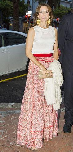 Princesa Mary de Dinamarca.'Look': Mary estaba espectacular con su falda roja y blanca, de Giambattista Valli. Para la ocasión, combinó esta prenda con un 'top' sin mangas, en blanco y unos 'maxi' pendientes dorados.