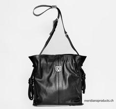 UMHÄNGETASCHE MARU SCHWARZ Das feine Rindsleder und die auffälligen Knoten geben der Tasche einen coolen Look. Eine tolle Tasche sehr modern und lässig elegant. Das beste Geschenk, das ich mir kaufen kann. Farbe: Schwarz