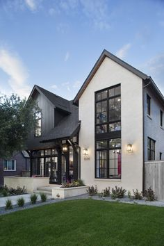 Mountain Home Exterior, Black House Exterior, Mountain Homes, Craftsman Exterior, Modern Farmhouse Exterior, Beverly Hills, Bungalow House Design, Transitional House, Exterior Design