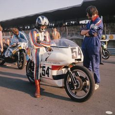 Peter Williams on the original bike at the start of the Imola 200 in 1973 Old School Motorcycles, British Motorcycles, Racing Motorcycles, Norton Motorcycle, Motorcycle Racers, Moto Guzzi, Classic Bikes, Vintage Racing, Road Racing