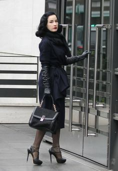 Dita Von Teese - great vintage look with long leather gloves. Burlesque, Dita Von Teese Style, Fashion Mode, Womens Fashion, Dita Von Tease, Oversized Pullover, Belle Silhouette, Vintage Outfits, Vintage Fashion