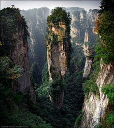 Китай. Парк Улинъюань — часть горной системы Улиншань, расположенная на северо-западе провинции Хунань в Китае. Считается, что это место служило местом съемки для фильма Аватар.