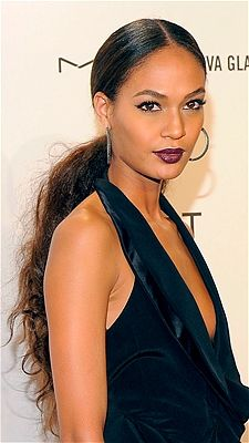 Can Joan Smalls' low ponytail with extreme textures get any more chicer? The stylish coif is evenly sliced in the middle and is heavily polished leaving Low Ponytail Hairstyles, Urban Hairstyles, Ponytail Styles, Sleek Ponytail, Party Hairstyles, Curly Hair Styles, Cool Hairstyles, Natural Hair Styles, Hair Ponytail