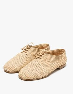 From Carrie Forbes, a minimalist Oxford-styled shoe in Natural. Featuring a handwoven raffia upper, handwoven raffia laces, Italian leather sole, branded insole and a slightly stacked heel.  • Oxford-styled shoe in Natural • Handwoven raffia upper • H