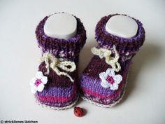 """Babyschuhe gestrickt aus der """"guten"""" Sockenwolle      Süß sind die gehäkelten Blümchen am Vorderfuß!    Die Sohlenlänge der Babyschuhe beträgt ca. ..."""