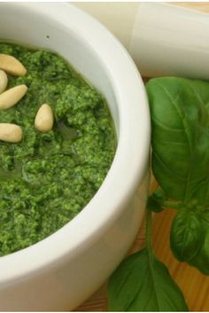 Como hacer Salsa Pesto Genovese para Pasta, Receta Casera Fácil-Atıştırmalık tarifler - Las recetas más prácticas y fáciles Cilantro Pesto, Avocado Hummus, Receta Salsa Pesto, Pesto Sauce For Pasta, Pesto Genovese, Deli Food, Le Chef, Homemade Beauty Products, Kitchen Recipes