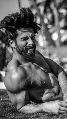 Shahid Kapoor looks fiercely macho in this new pic!
