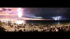 なんて奇跡のような、とても不思議で美しい写真! 左は夜の花火、流れ星、右は雷。絵で描いたかのような、もしくはPhotohopで合成したのかと...