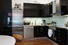 Köket går i svart och rostfritt