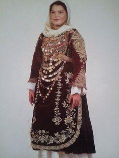 Φορεσιά από την Σαλαμίνα. Ημερολόγιο 1991. Αθήνα, συλλογή Λυκείου των Ελληνίδων. Δημοσίευση από Hellenic Costume Society.