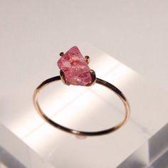☆桐箱つきですピンクスピネルの結晶リングです☆甘く可愛いピンク色です。とても肌なじみのいいピンクです。形が個性的なスピネルの結晶です!華奢なリングと合わせて付...|ハンドメイド、手作り、手仕事品の通販・販売・購入ならCreema。