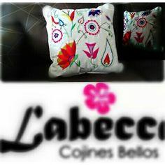 Un #cojin encontró su #hogar #cojines #hechosamano #decorativepillows #artesania #embroideryart #embroidered #embroidery. HECHO EN COLOMBIA. Si quieres saber más sobre nuestros bordados 100% a mano, visita: facebook.com/labeccabordados