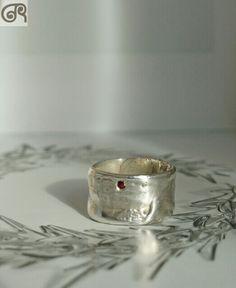 Anel em prata com rubi.