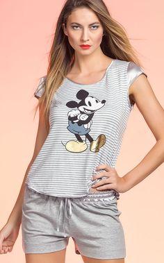 Brilhe nas noites de verão com Mickey Premium. A elegância e sofisticação com ares de jovialidade nas estampas aproximam esta linha das grandes grifes que ditam a moda atual. Com toque diferenciado, onde os sapatos do Mickey ganham a cor dourada.