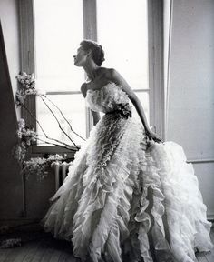 Barbara Mullen in ball gown by Christian Dior, photo by Lillian Bassman, Paris, Harper's Bazaar, April 1949 Vintage Glamour, Dior Vintage, Vintage Gowns, Vintage Couture, Vintage Mode, Vintage Hats, Christian Dior, Beautiful Gowns, Beautiful Outfits