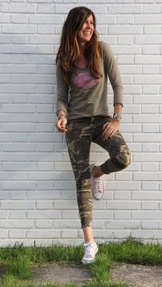 How to combine and continue military pants trend in this season. If you are love in stylish women's military and camo just browse our gallery and get new ideas. Army Pants, Military Pants, Jean Outfits, Boho Outfits, Casual Outfits, Estilo Fashion, Diva Fashion, Camo Jeans Outfit, Camo Fashion