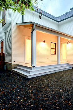 What is Modern Farmhouse Design? And How to Get the Look Modern Farmhouse Design, Urban Farmhouse, Farmhouse Interior, Modern Interior Design, Modern Rustic, Farmhouse Architecture, Residential Architecture, Door Texture, Farmhouse Floor Plans