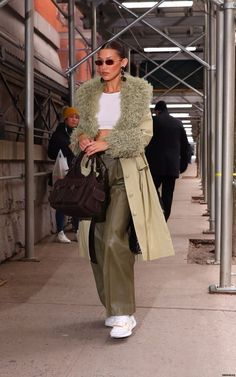 Bella Hadid arriving at the Marc Jacobs show in New York City, February School Fashion, 90s Fashion, Korean Fashion, Autumn Fashion, Fashion Outfits, Vest Outfits, Dress Fashion, Boho Fashion, Fashion Jewelry