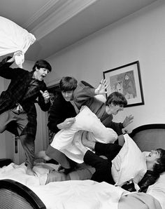 The Beatles Pillow Fight. S)
