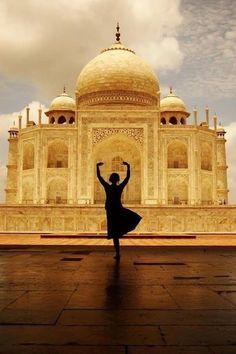 Vontade de dançar em frente do Taj Mahal, Agra, India