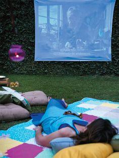 As noites agradáveis da estação mais quente do ano podem ser brindadas com cinema no jardim.