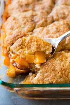 Fresh Peach Cobbler | Sally's Baking Addiction Homemade Peach Cobbler, Fresh Peach Cobbler, Peach Cobbler Recipes, Köstliche Desserts, Delicious Desserts, Dessert Recipes, Yummy Food, Hash Browns, 2 Ingredient Pumpkin Muffins