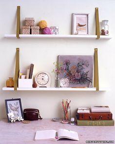 uma ideia econômica: tiras de couro e tabuas de madeira, forma uma prateleira simples e muito útil./ an economic idea: leather strips and planks of wood, forms a single shelf and very helpful.