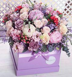Beautiful. Flower Bouquet Boxes, Hat Box Flowers, All Flowers, Floral Bouquets, Amazing Flowers, Beautiful Flowers, Mothers Day Flowers, Flower Decorations, Flower Designs