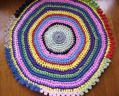 great tutorial (pdf) from ImagineMechanix.com    Crocheted T-Shirt Yarn Rug