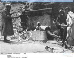 Tour de France 1907. 5^Tappa, 16 luglio. Lyon > Grenoble. Emile Georget (1881-1960) e Georges Passerieu (1885-1928), in fuga dal gruppo, si rinfrescano e si abbeverano ad una fontana sotto gli occhi di alcuni giornalisti e dei giudici di gara [photo La Vie au Grand Air]